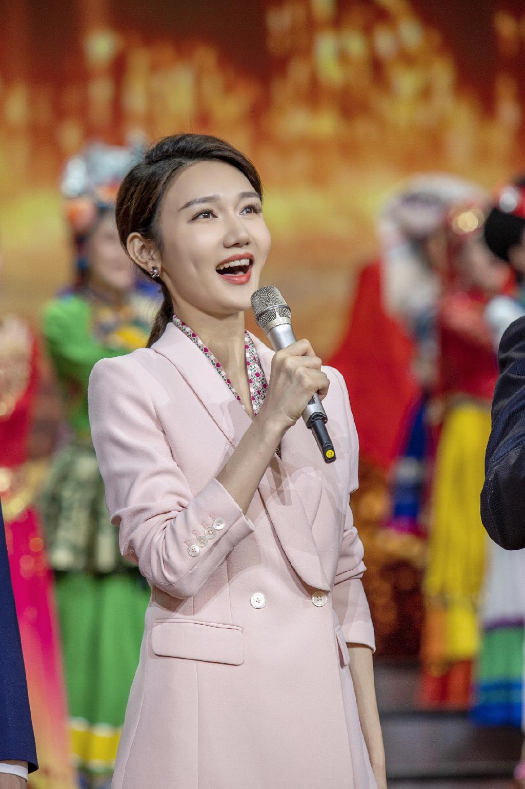 今年春晚年纪最小主持人龙洋火了,跳槽央视她的职业经历更励志
