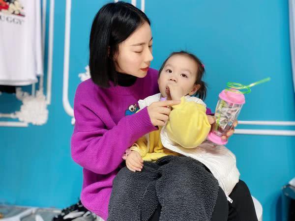 厉害!郑州25岁宝妈直播带货,4小时卖出3万件左右冬装