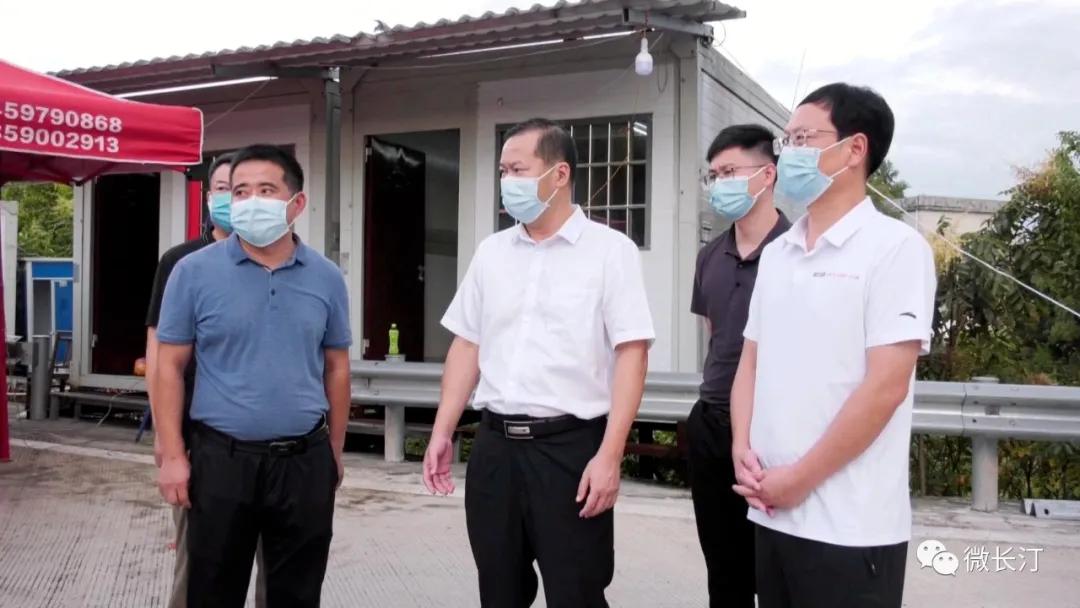 长汀县委主要领导看望慰问支援莆田抗疫医务人员家属代表