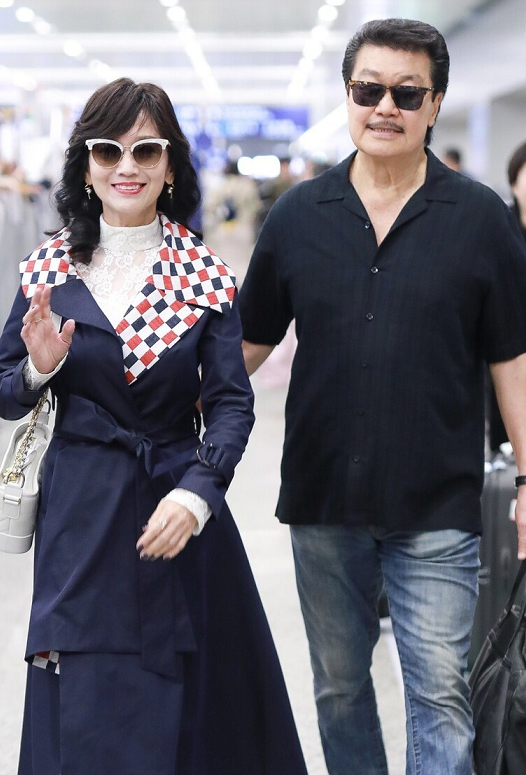 66岁赵雅芝一点不服老,穿藏蓝色风衣走机场成熟端庄,高贵典雅