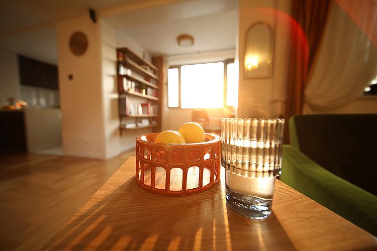 她很有远见,买一梯一户复式住宅,装旋转楼梯,室内开阔又舒适