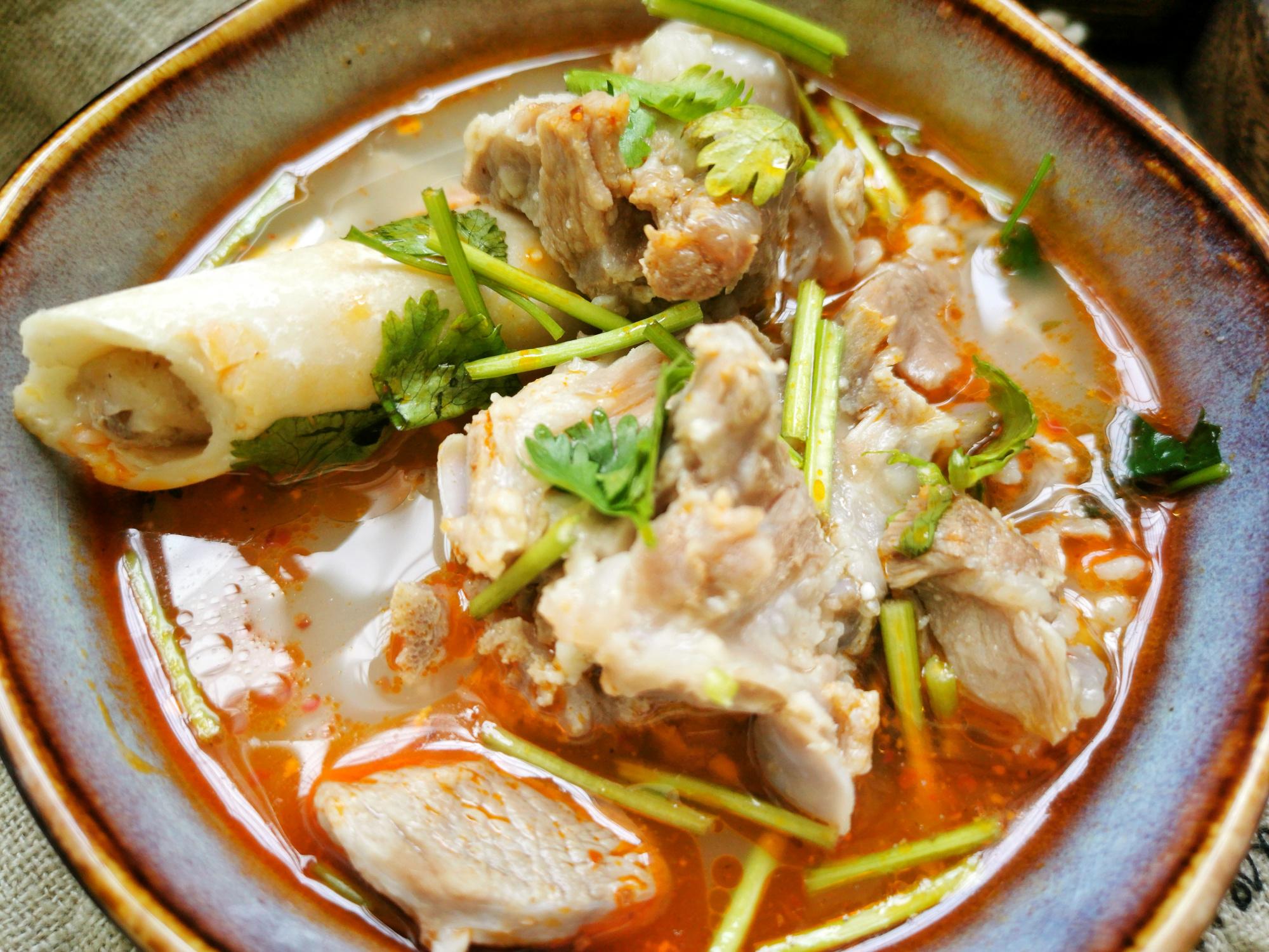 煮羊肉汤,最忌讳放大料,否则一锅肉都白煮了,汤不鲜美特难吃