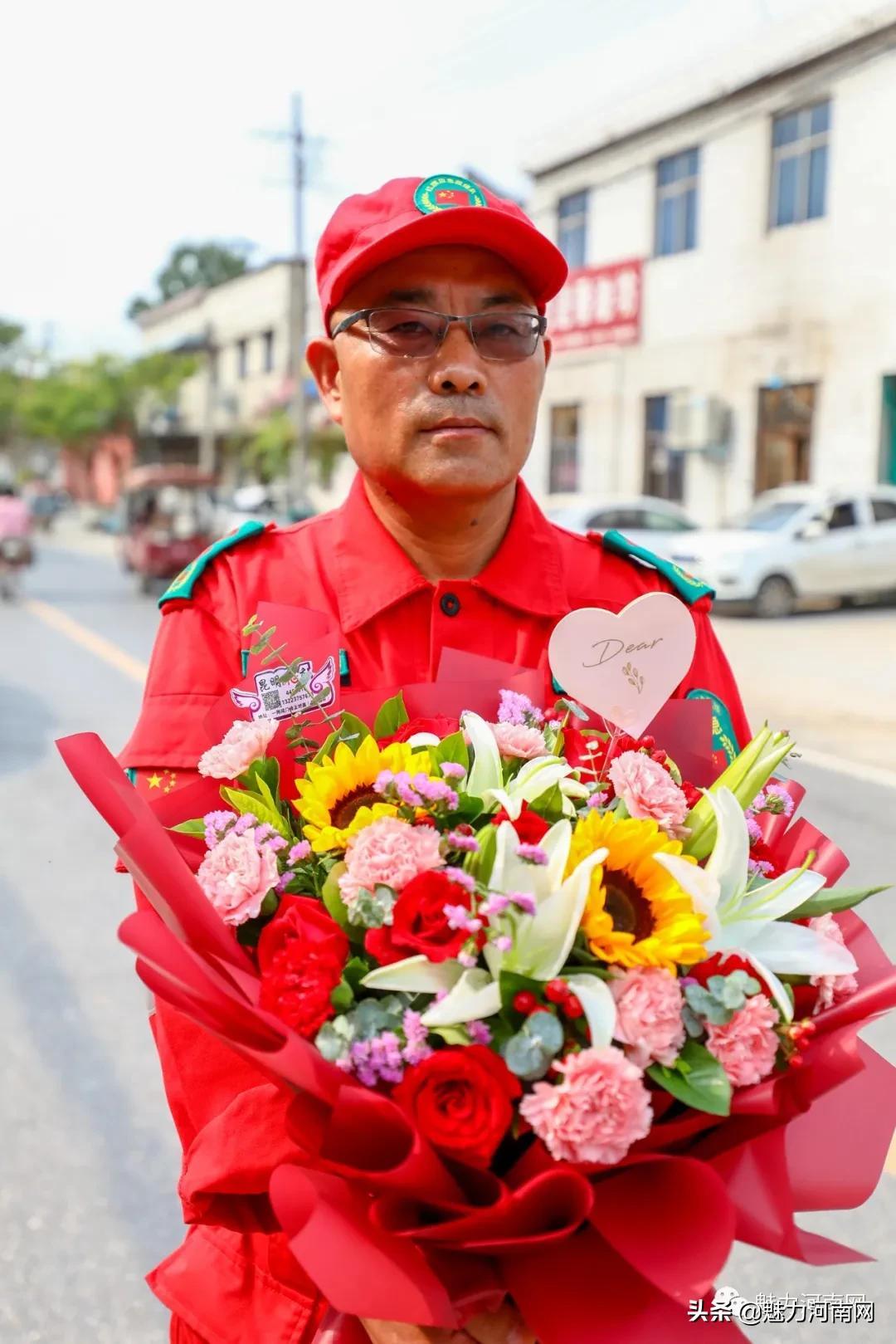 致敬!把鲜花和锦旗,献给新乡最可爱的红旗区应急救援志愿者们