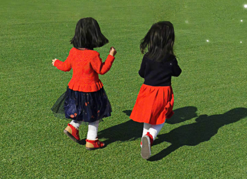 谢娜为跳跳俏俏庆祝生日,分享草地玩耍照,姐妹装活泼可爱