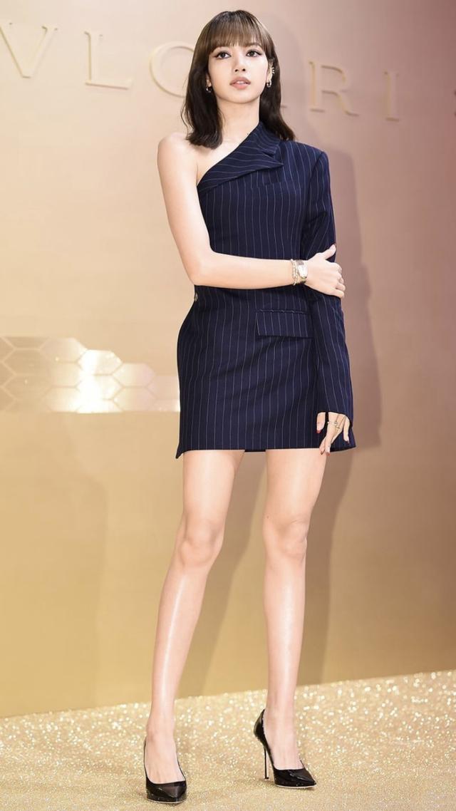 Lisa把西装当裙穿,半露香肩化身精英女总裁,芭比身材抢镜了