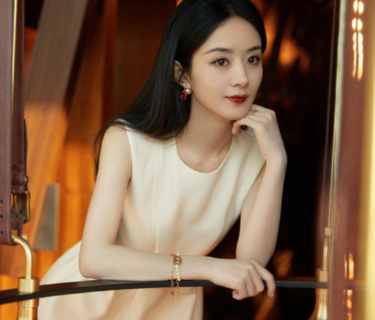赵丽颖离婚后现身直播,黑长直发配奶油短裙,随手一截都是美图