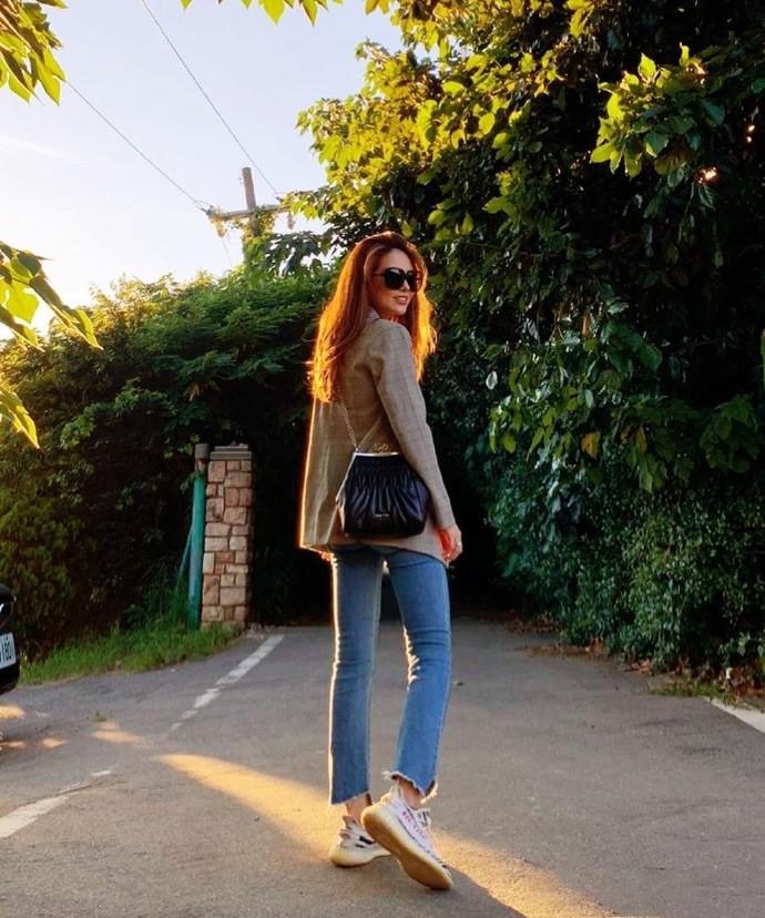 周杰伦老婆穿牛仔裤晒美照,身材颜值很出众,低调简约没明星架子