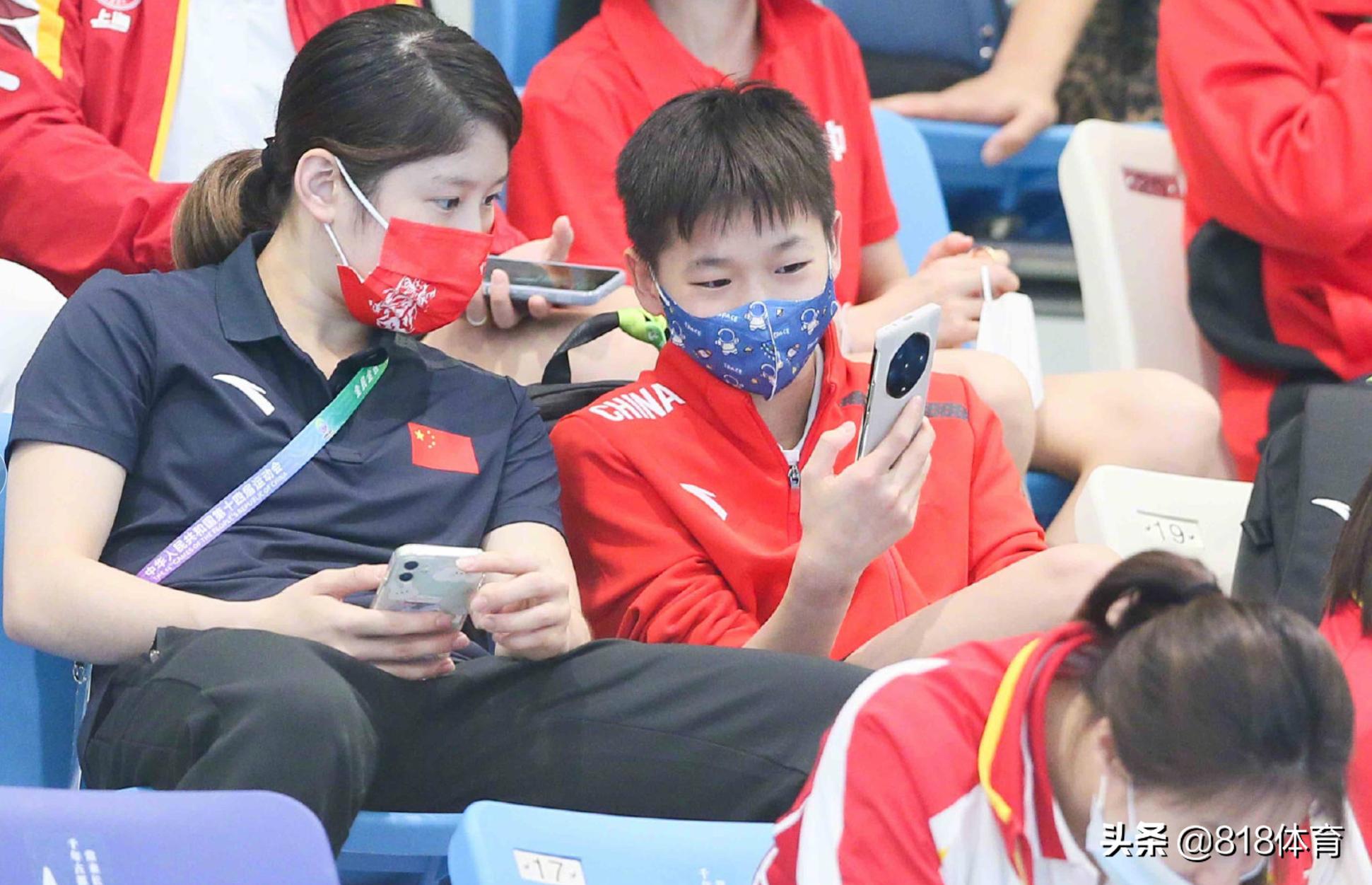 鸟枪换炮!全红婵看台把玩9000元新手机,奥运前只用得起国产千元机