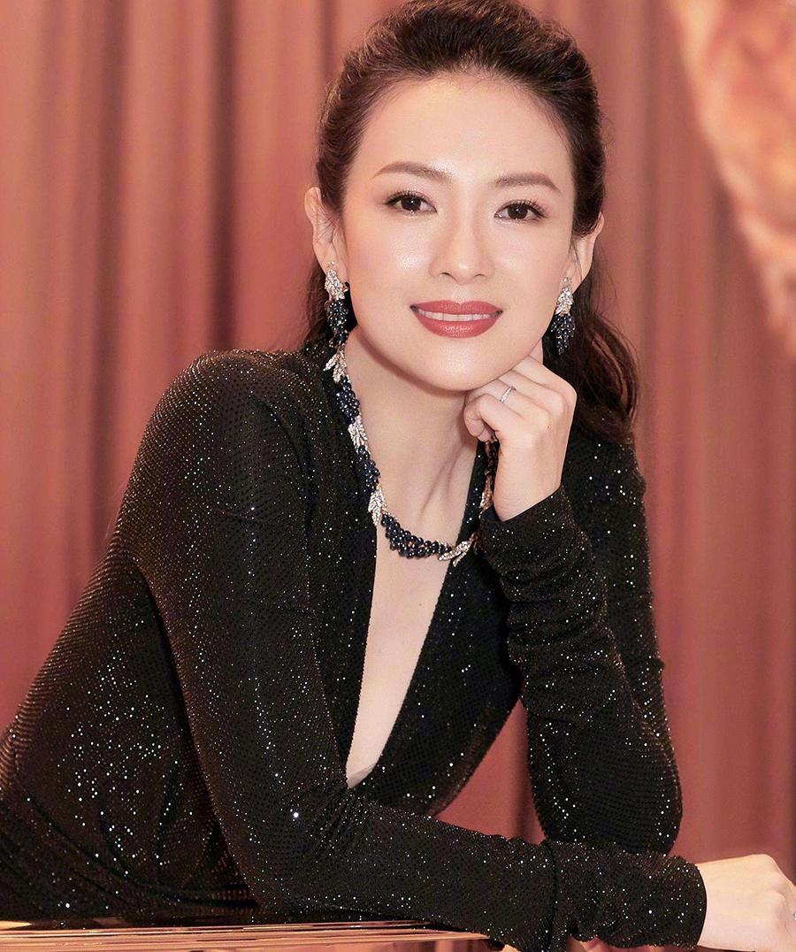 41岁章子怡外出,姿态惬意:嫁给汪峰的她,始终是自己的狠角色