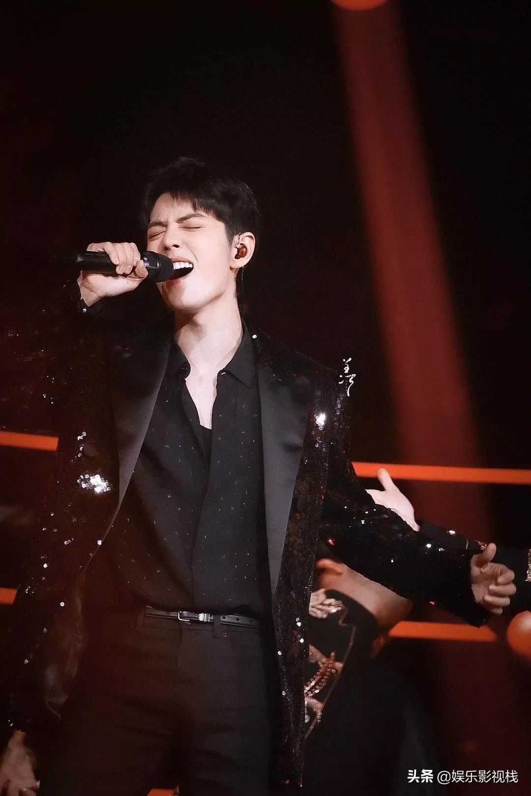 恭喜肖战获得年度男歌手称号,既会演戏又会唱歌,太优秀了!