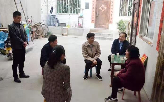 """温情暖人心——华阴市长李晓曦慰问""""两癌""""妇女(组图)"""