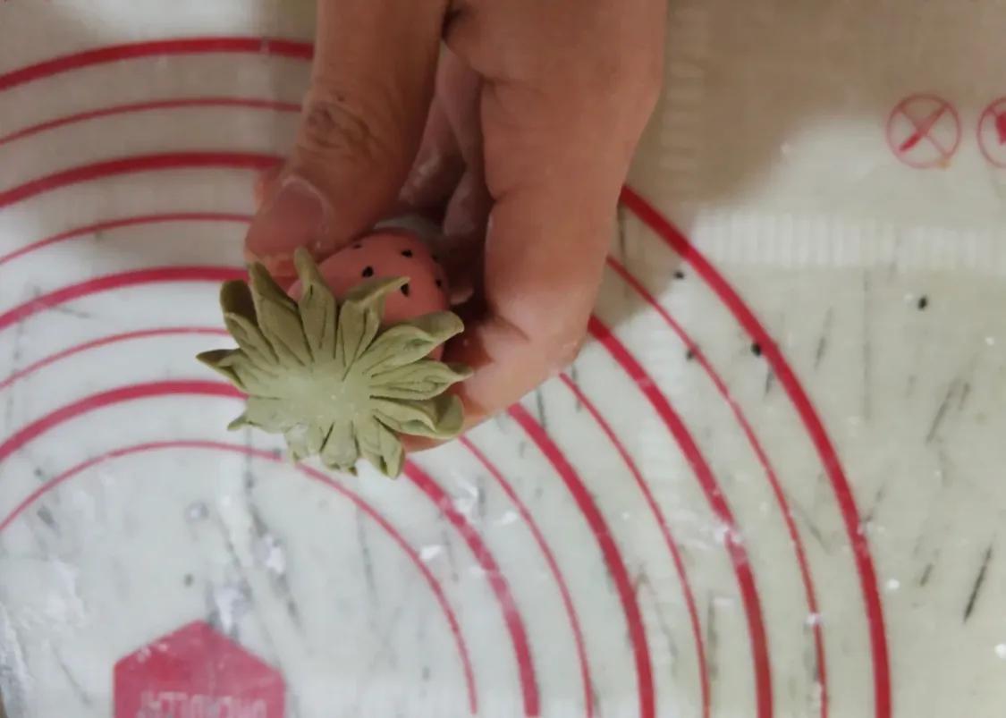 可爱的草莓馒头来啦,再也不怕孩子不爱吃饭了 美食做法 第6张