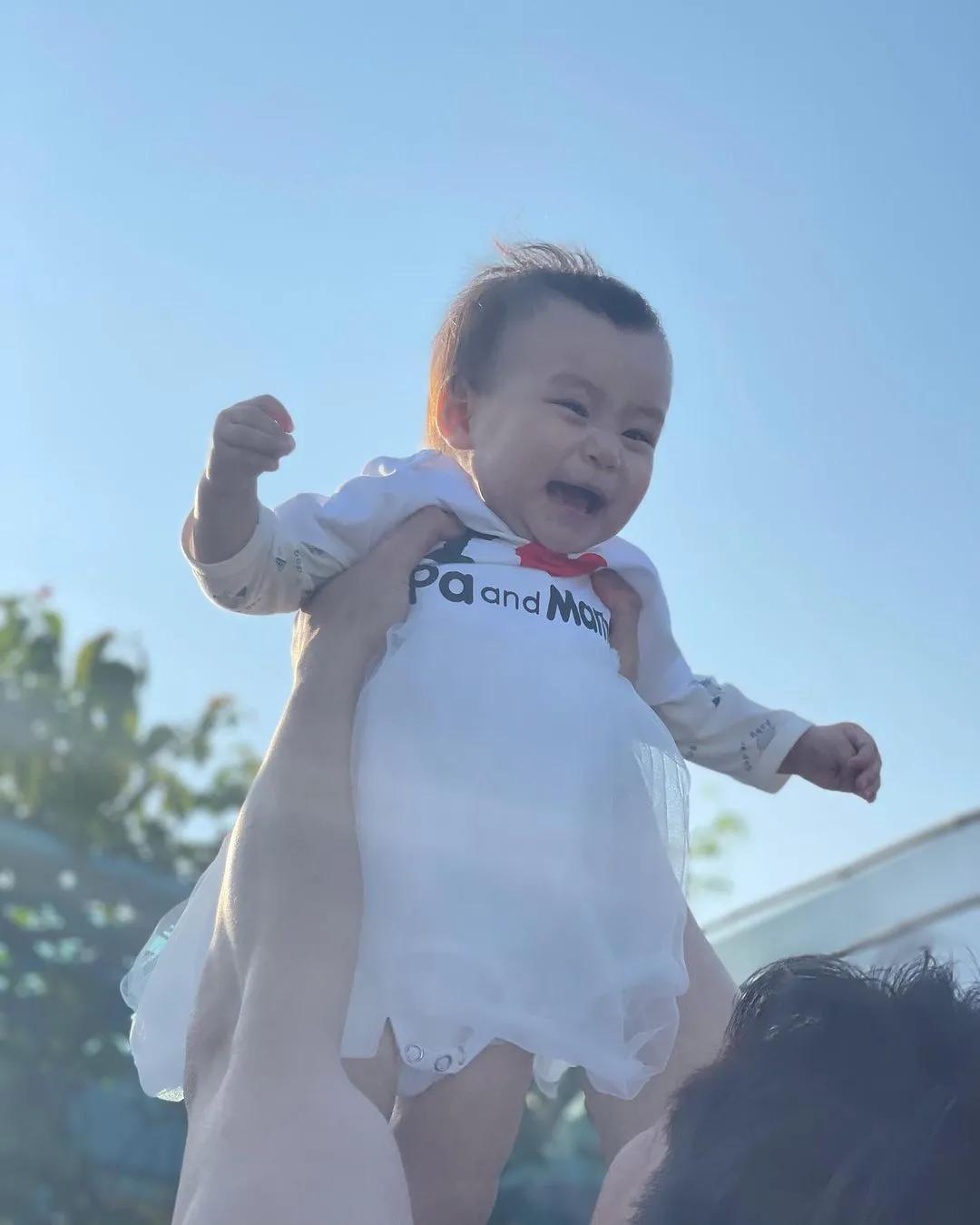 楊怡羅仲謙夫婦為女兒慶生,畫面溫馨有愛,1歲小珍珠可愛似爸爸