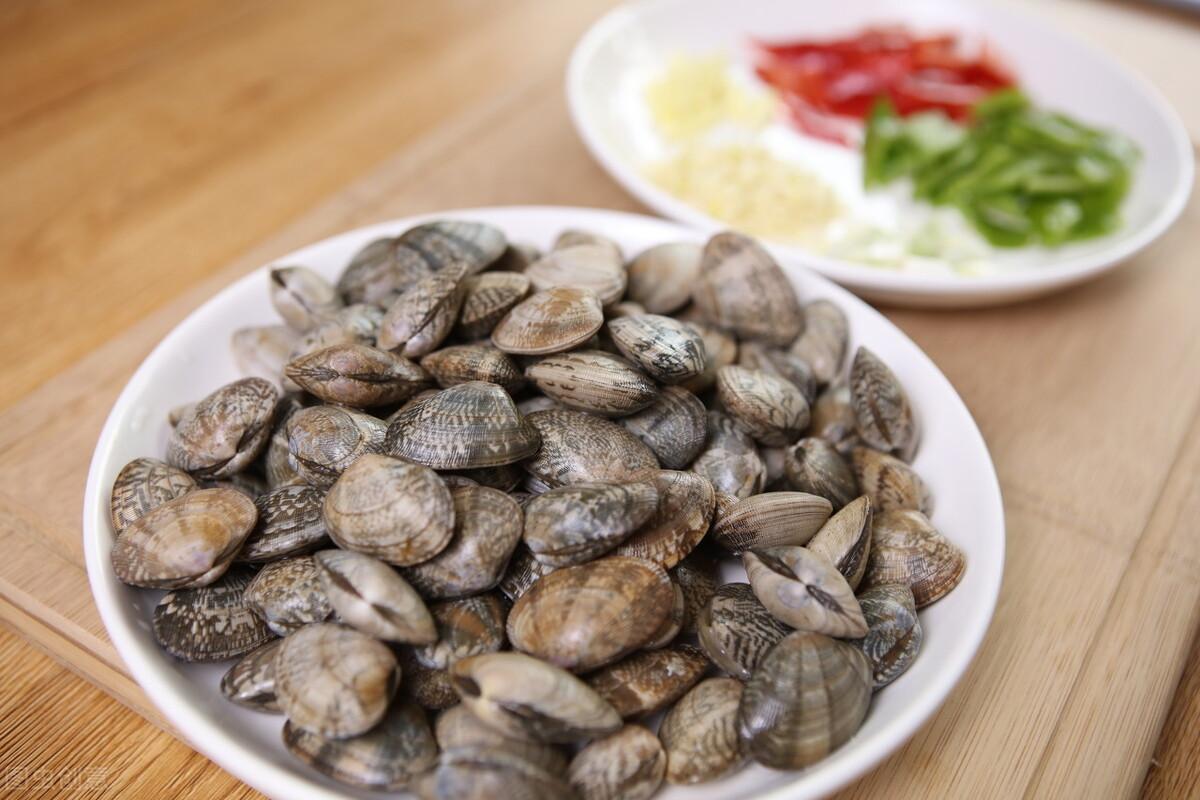 炒花蛤到底要不要焯水?老渔民教你一招,花蛤肉质鲜嫩无沙粒 美食做法 第4张