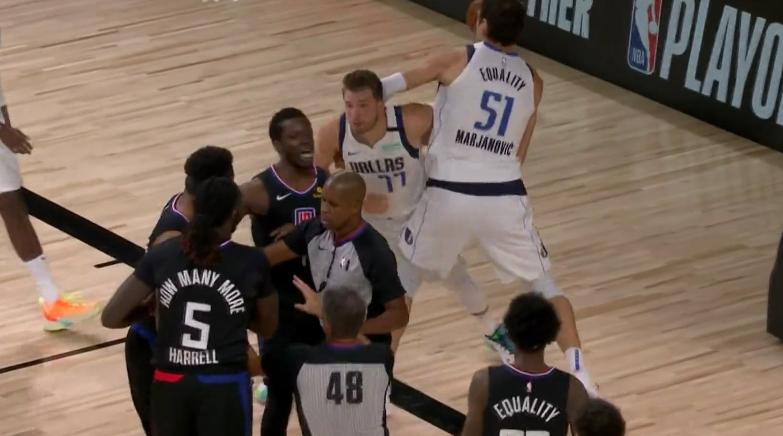 【影片】小Morris又對東契奇下手,抬膝打後腦這動作太髒,二級惡犯直接被驅逐!-籃球圈