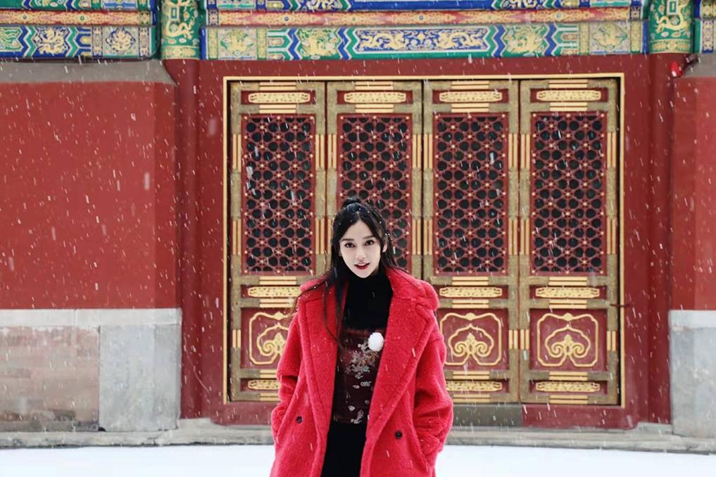 杨颖晒故宫玩雪照,身穿红色大衣雪花飞舞,雪景美、人更美