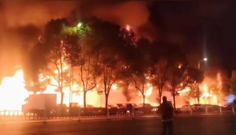新疆喀什核酸检测已采样超30万人、江苏常州一商铺火灾致2人死亡|应急24小时