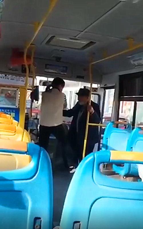 """焦作公交回应""""女驾驶员辱骂拒载老人""""事件:司机已被停岗调查"""