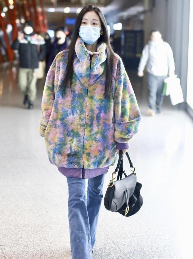 """辣妈张碧晨瘦过了头,穿扎染外套显得""""空荡荡"""",少女感依然还在"""