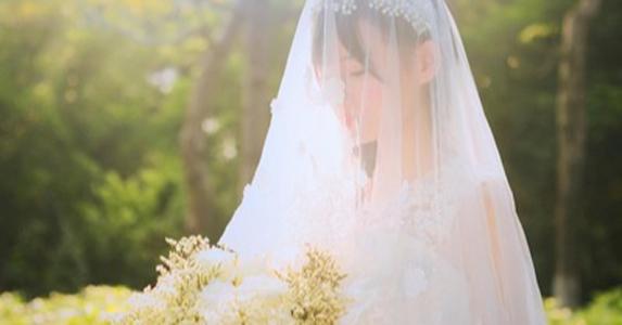 故事:这位35岁的富人死于车祸,三位穿着婚纱的节日妇女参加了葬礼