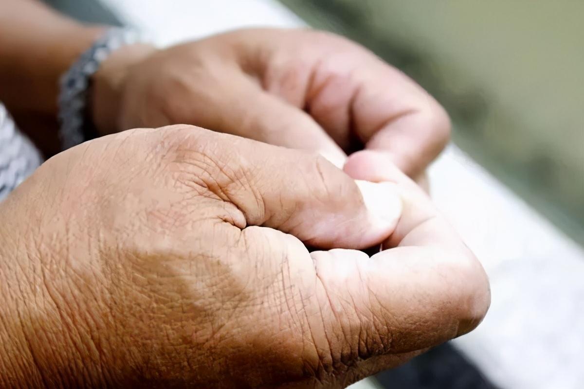 你经常手脚麻木、浑身酸软吗?原因找到了,很可能是缺4种营养素
