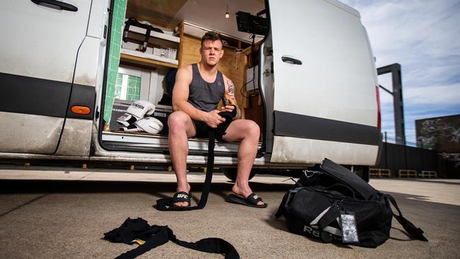 UFC拳王每天在货车里睡觉贴近社会,直言:但我对街斗仍没信心