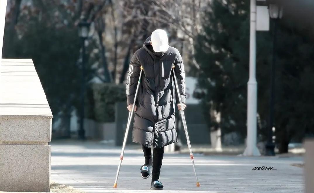 青3:余景天太不顺,被曝合约问题后,一公表演前受伤拄双拐上班