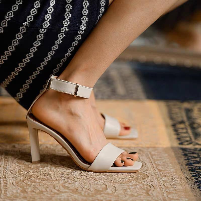 夏日炎炎,清爽凉鞋怎能少得了?清新明媚又时尚凸显女性气质美