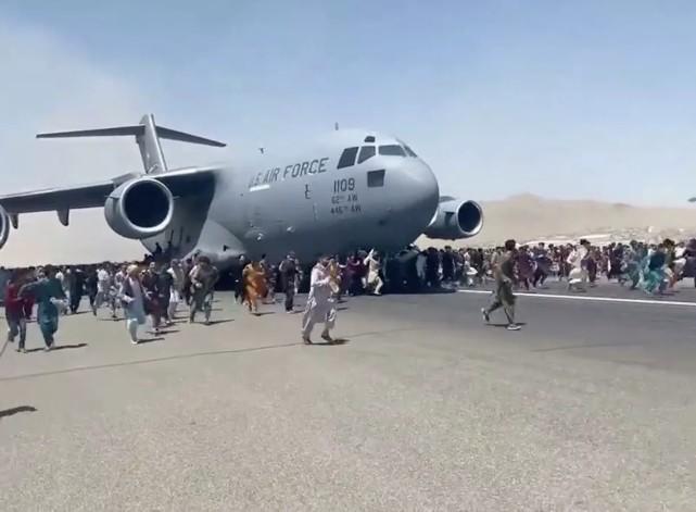 毛骨悚然!阿富汗男子扒在美军运输机上自拍视频,目前生死未明