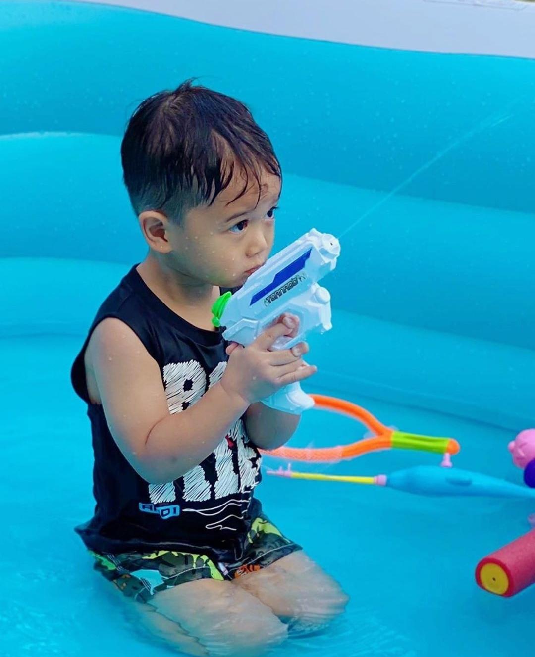 胡杏儿儿子3岁生日,与妈妈远程视频庆生,奕霆职业假笑模样超萌