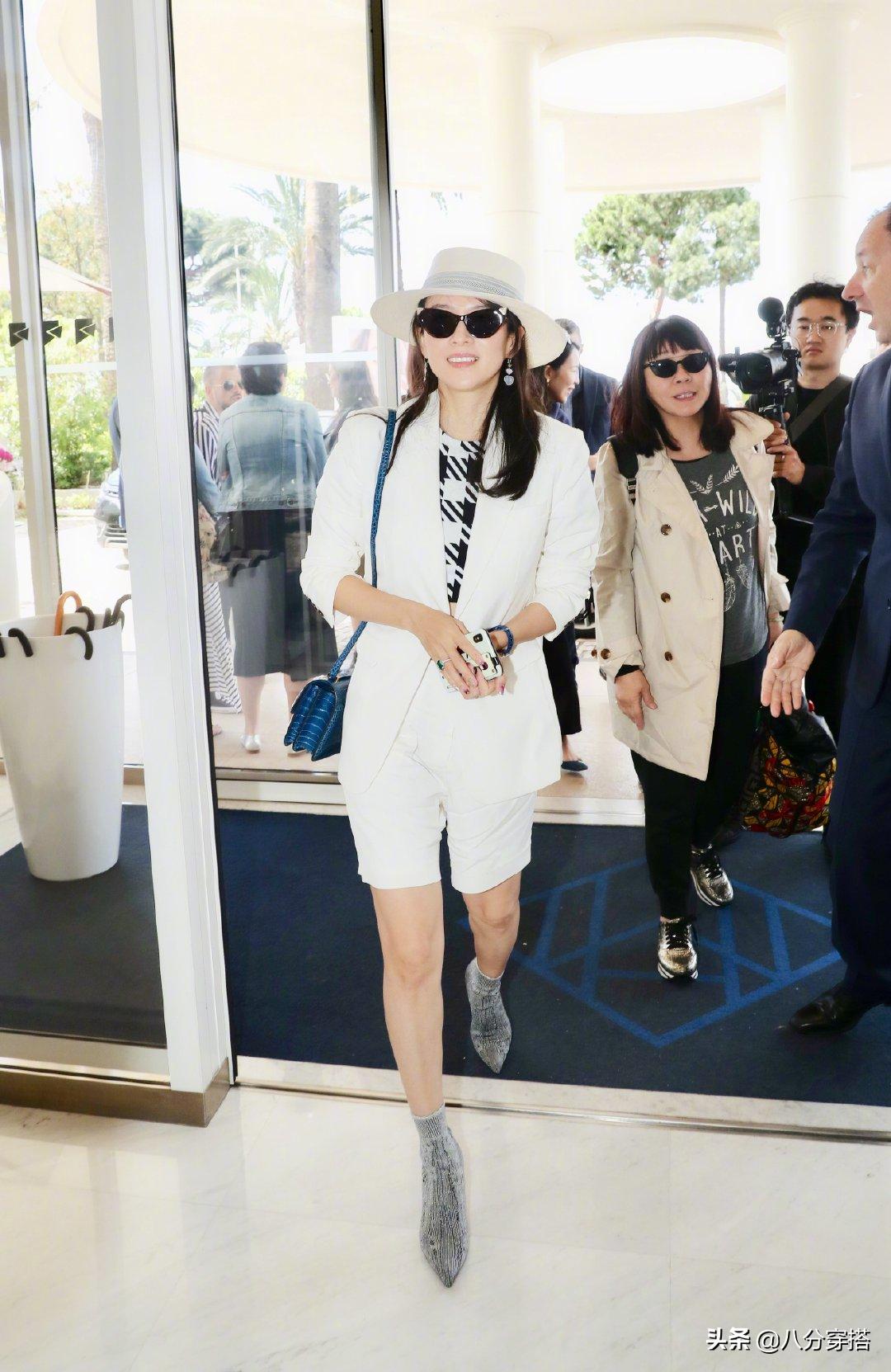 章子怡到了国外特别时髦,穿白色西装配短裤,戴上帽子更有国际范