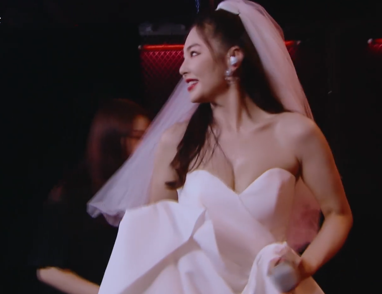 姐姐们穿婚纱有多美?看到金晨和张雨绮的舞台照,原谅我犯花痴了