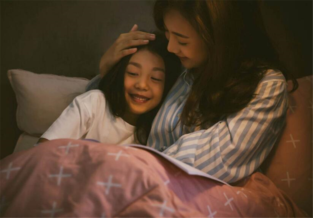 """孩子跟谁睡就跟谁亲?儿童心理学:过了""""黄金期"""",再努力也没用"""