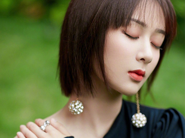 杨紫短发搭配黑色斜肩连衣裙的妆容和造型有没有惊艳到你呢?