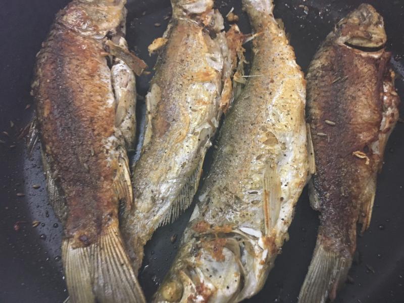 做炸鱼,有人用面粉,有人用淀粉,大厨:都不对!这才是正确做法