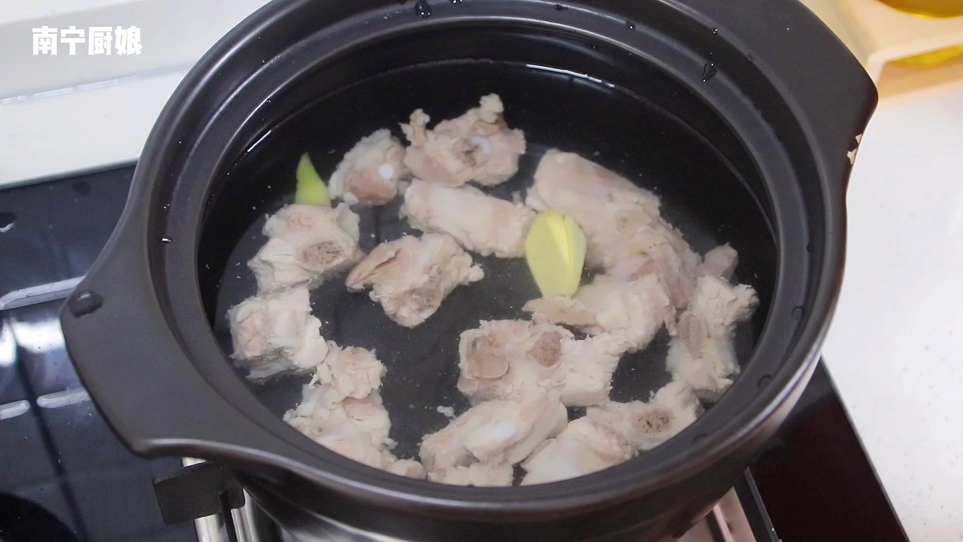 炖山药排骨汤时,很多人第一步就做错了,难怪炖出来汤不鲜肉柴牙