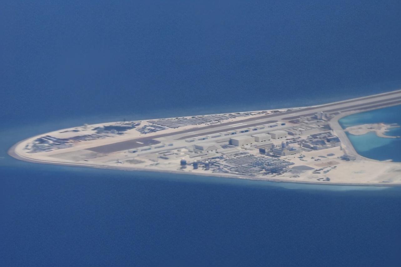 外媒称南海岛屿易攻难守,中国东风快递不是吃素的,随时准备反击