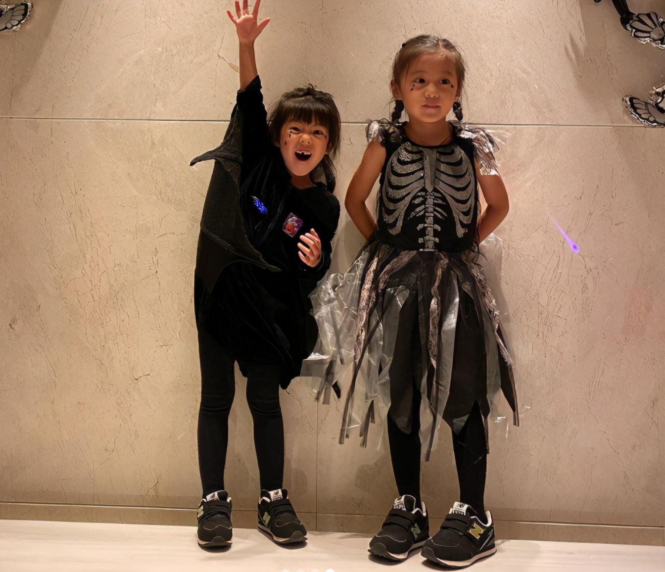 賈靜雯一家過萬聖節,倆女兒扮鬼臉太可愛,修傑楷用力呲牙很滑稽