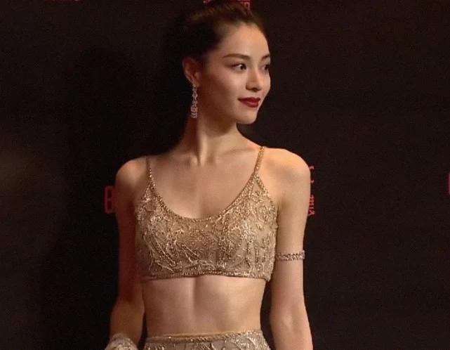 """有种裙叫钟楚曦的""""猪皮裙"""",只有薄薄的一层和肤色完全融为一体"""