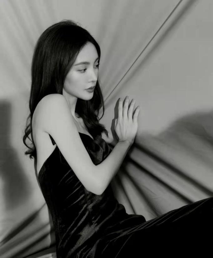 金晨用姜文电影滤镜拍照,穿吊带裙似文艺女神,肤白貌美真气人