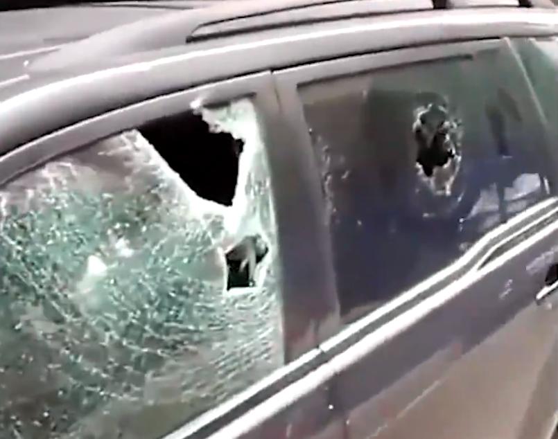 """商铺卷帘门上写:""""停车打烂"""",车主不相信将车停门口,结果车真被砸"""