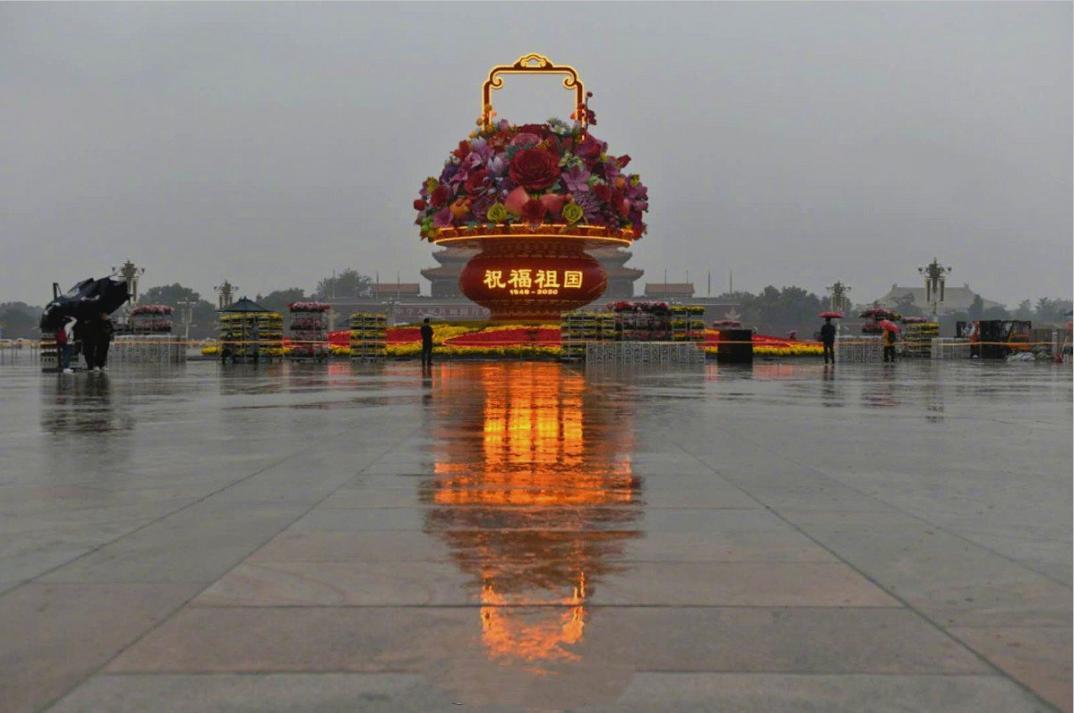 祝福祖国大花篮,首次亮灯天安门广场,背后的含义你要理解