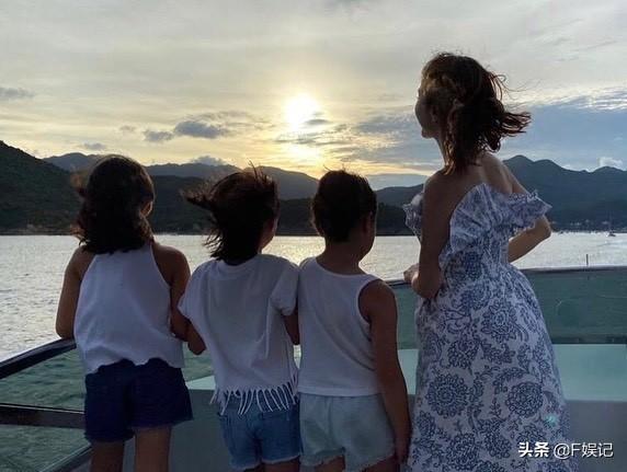 黎姿陪3位女兒搭渡海小輪欣賞維港女兒們很興奮被海景吸引了