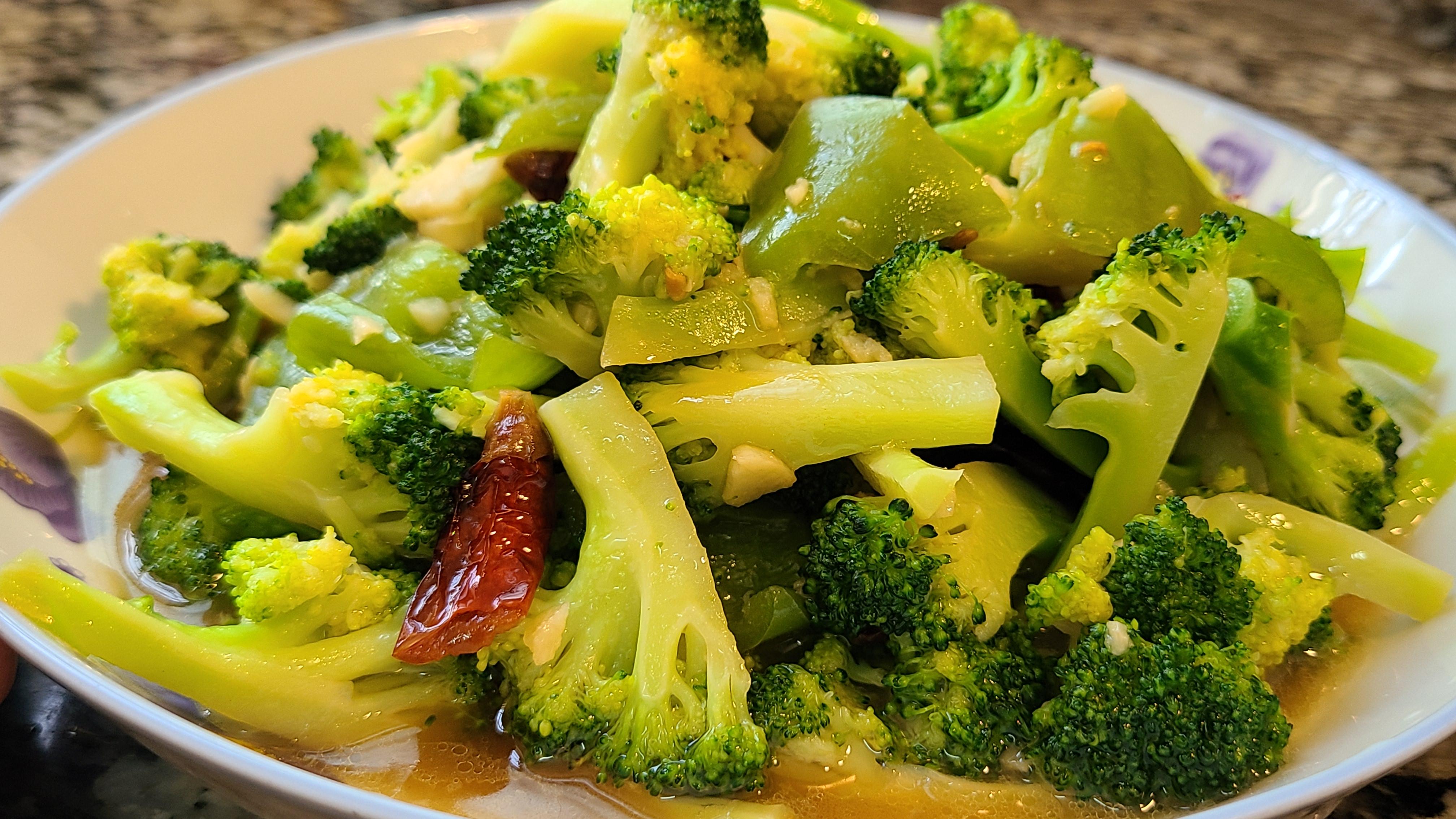 蒜蓉西蘭花,清淡好吃,做法很簡單,多吃蔬菜對身體好