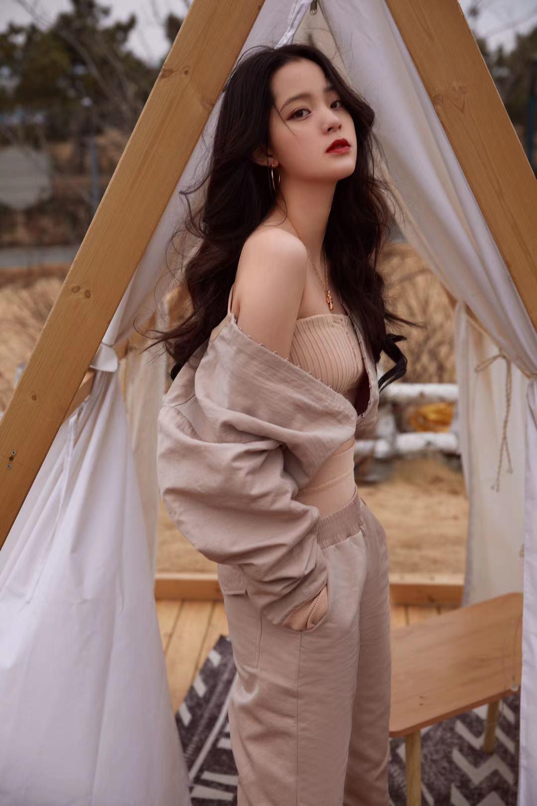 欧阳娜娜这一身造型,学会了秒变时尚博主,造型老抢镜了