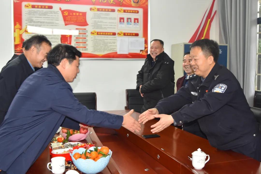 新春走基层:邵阳县公安局党委大年初一看望慰问一线执勤民警