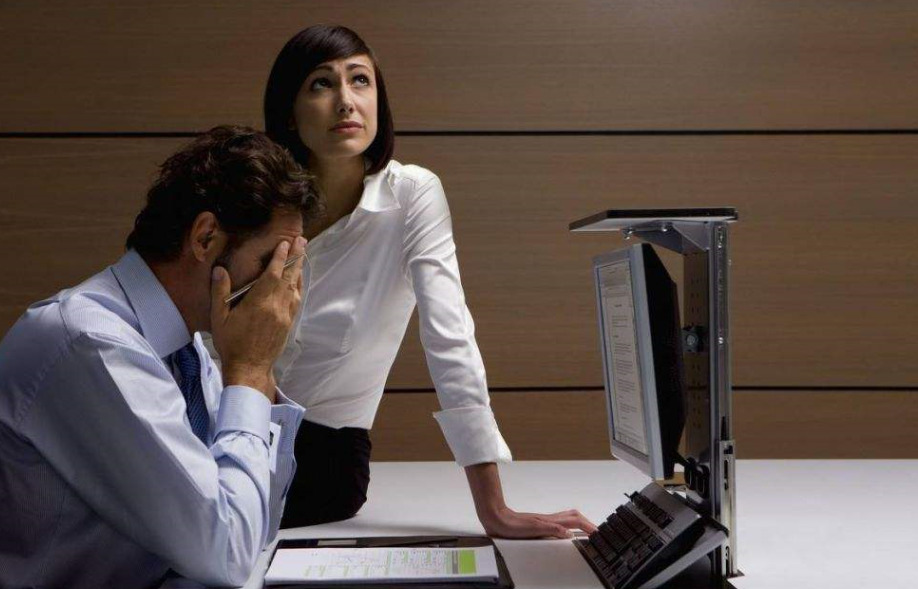 在厕所听到同事在老板那说自己坏话怎么办?看透不说透继续做朋友
