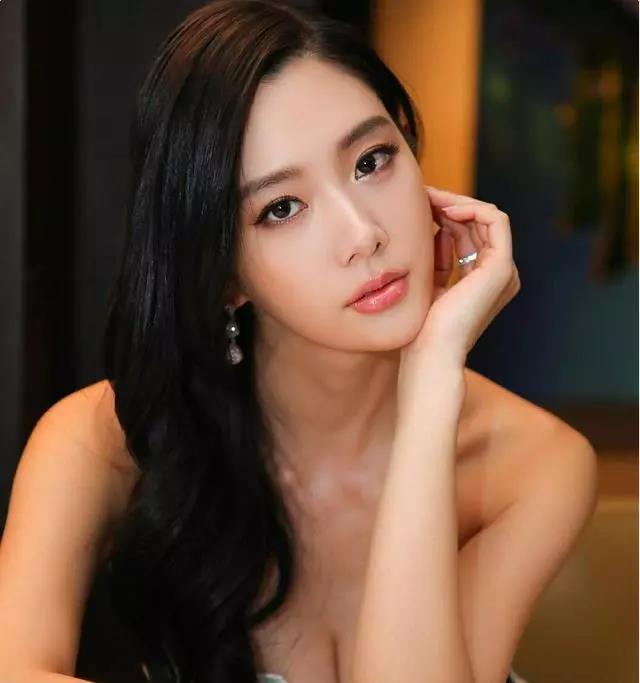 30岁的李成敏被称呼之我国首位漂亮美女,性感迷人身安全型辗压沈梦晨,是瑜伽健身高手