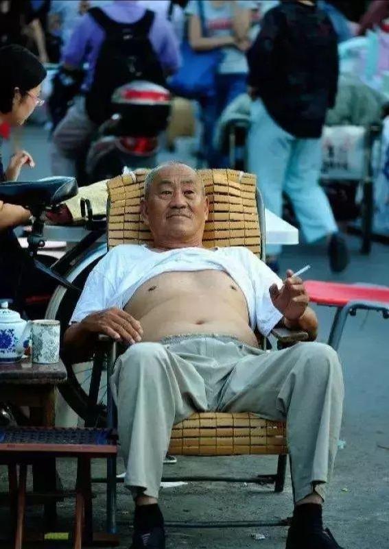 北京正黄旗大妈火了后,北京大爷不甘落后,叫嚣外地人就是重孙子