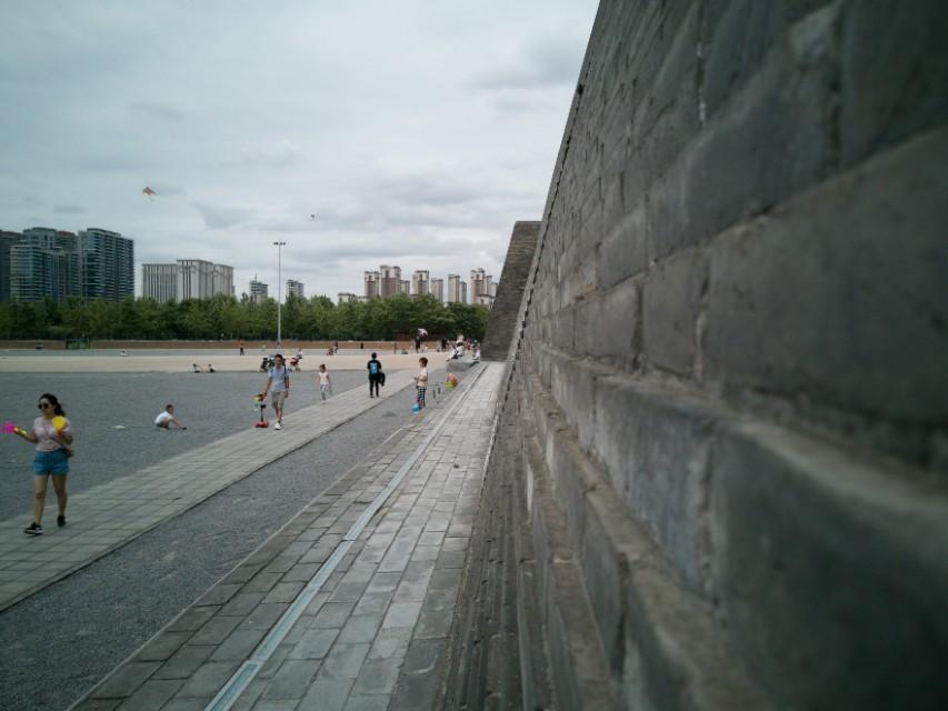 """西安小东门城墙根底下曾是远近闻名的""""鬼市"""""""